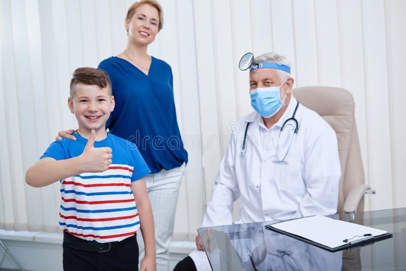Portrait de maman avec le fils et le docteur dans l'hôpital image libre de droits