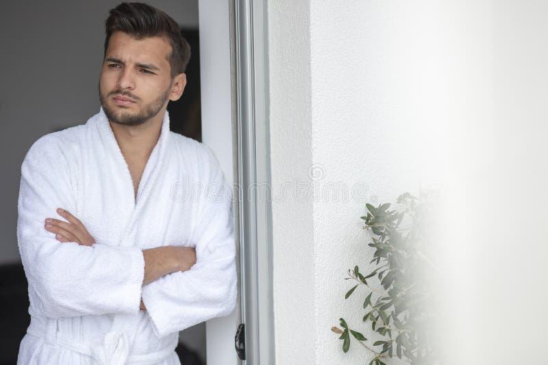Portrait de matin de jeune homme beau dans le peignoir image libre de droits