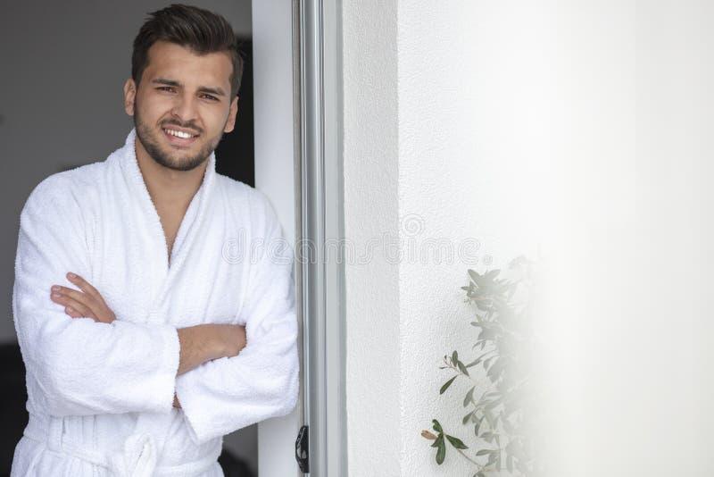 Portrait de matin de jeune homme beau dans le peignoir photos stock