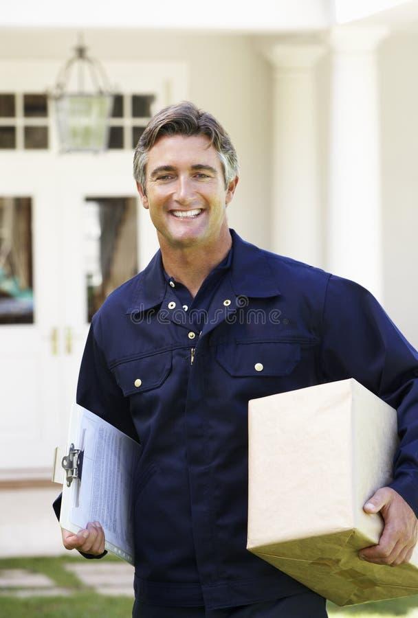 Portrait de messager Delivering Package image libre de droits