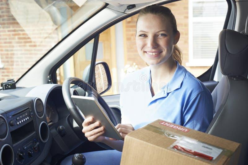 Portrait de messager féminin In Van With Digital Tablet Delivering photographie stock libre de droits