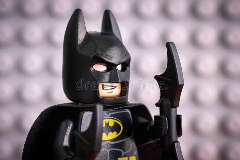 Portrait de minifigure de Lego Batman contre la plaque de base grise image libre de droits