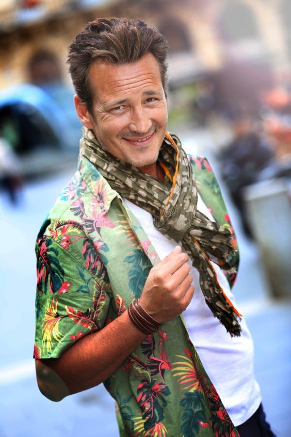 Portrait de modèle élégant d'homme avec l'écharpe images libres de droits