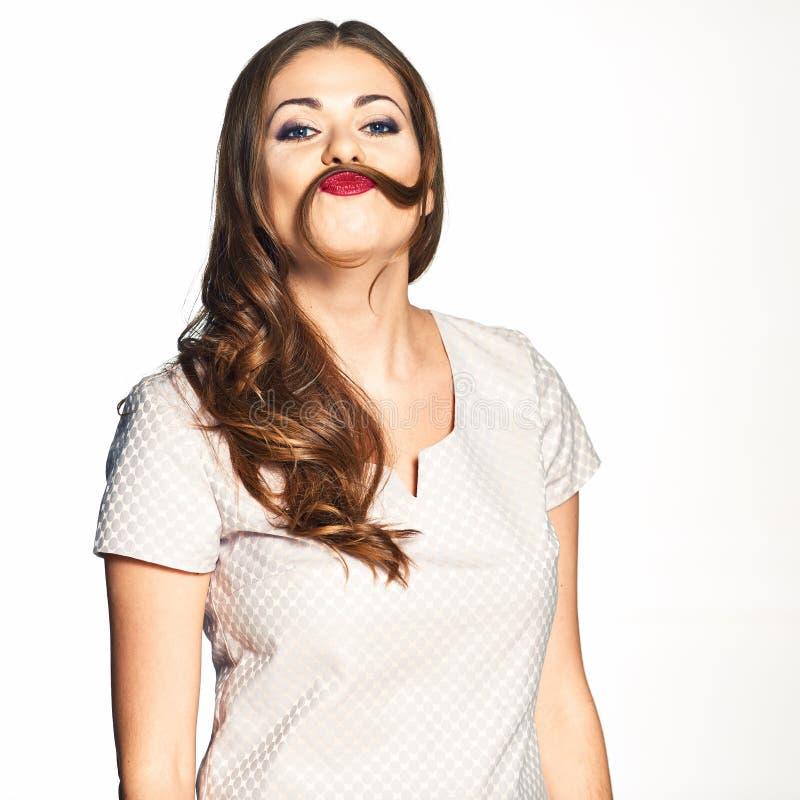 Portrait de modèle de beauté avec la moustache de boucle sous le nez drôle images libres de droits