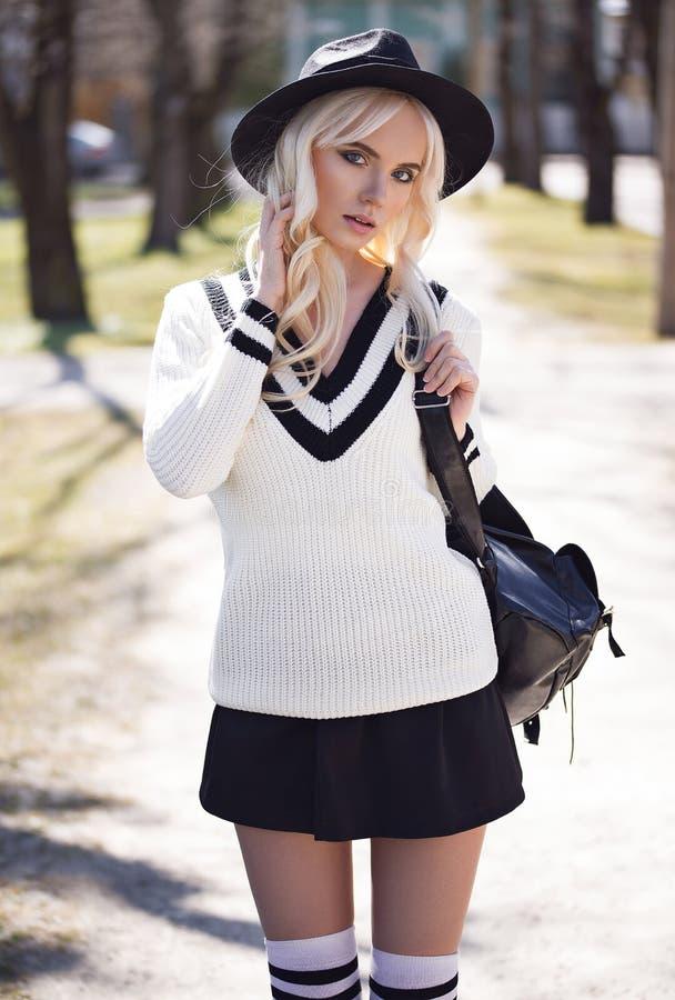 Portrait de modèle blond dehors photo libre de droits