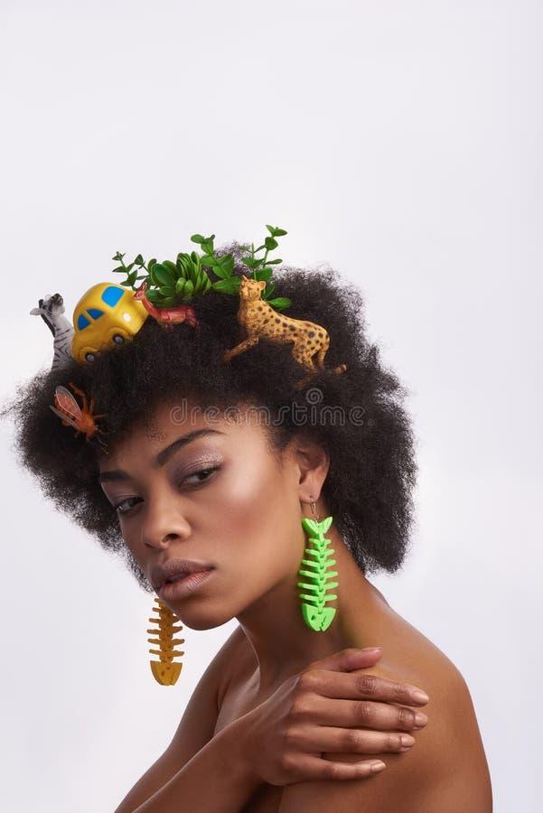Portrait de modèle ethnique avec la coiffure impaire photos stock