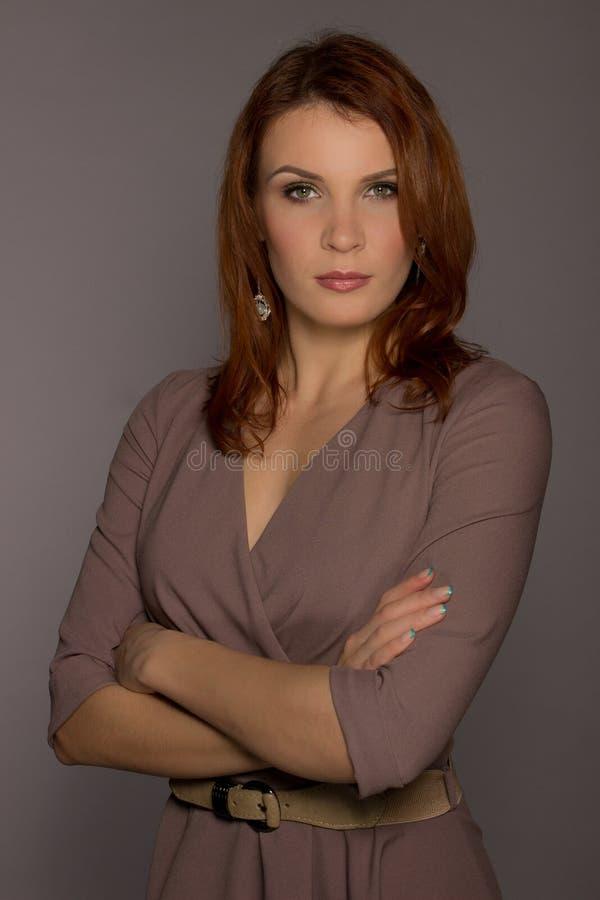 Portrait de modèle femelle de rouge-cheveux sur le gris images libres de droits
