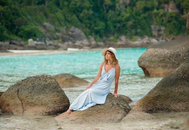 Portrait de modèle regardant le bord de la mer dehors image stock