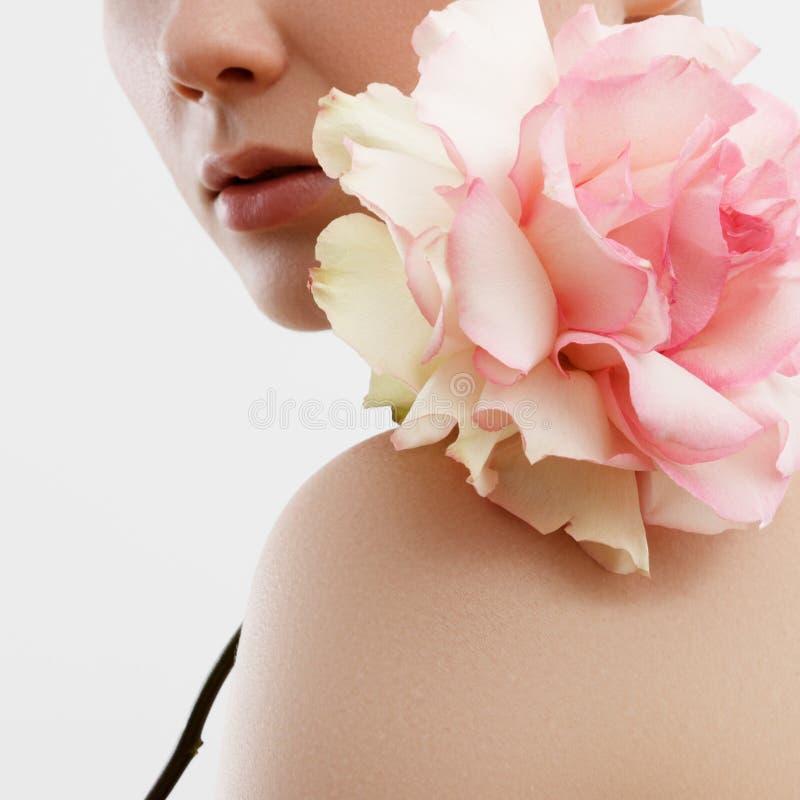 Portrait de mode de beauté Beau femme avec le renivellement et les fleurs Inspiration de ressort et d'été Parfum, concept de cosm image libre de droits