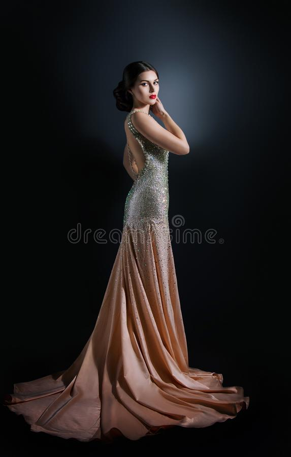Portrait de mode de beauté d'un beau modèle dans une robe de soirée brodé avec des pierres image stock