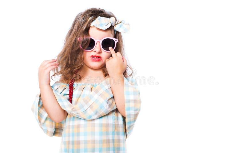 Portrait de mode d'enfant de fille sunglasses photographie stock