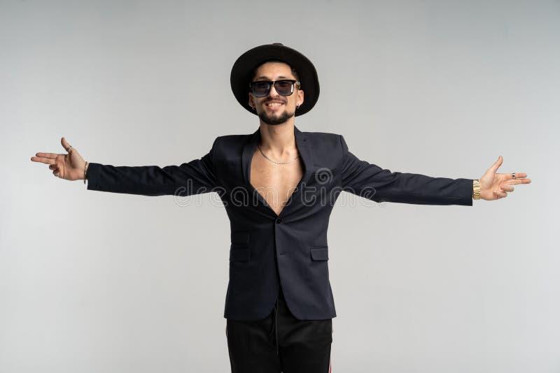 Portrait de mode d'homme élégant bel dans le costume noir et de chapeau posant dans le studio photo stock