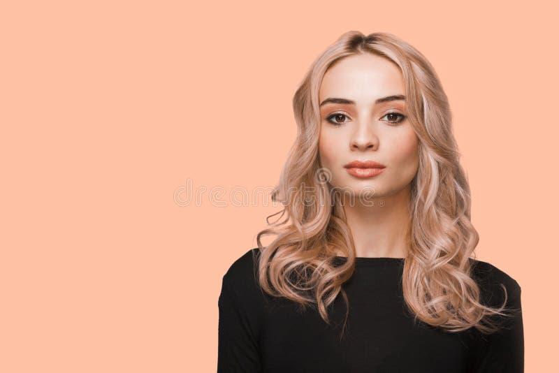 Portrait de mode d'une jeune belle femme sans bijoux Blonde avec élégante coiffure sur cheveux ondulés Maquillage naturel photographie stock libre de droits