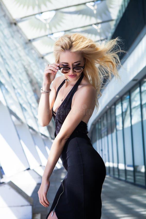 Portrait de mode de beauté de femme blonde avec les lèvres roses images libres de droits