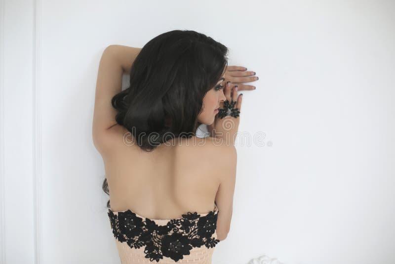 Portrait de mode de beauté Dos de brune dans la robe de dentelle avec le noir images libres de droits
