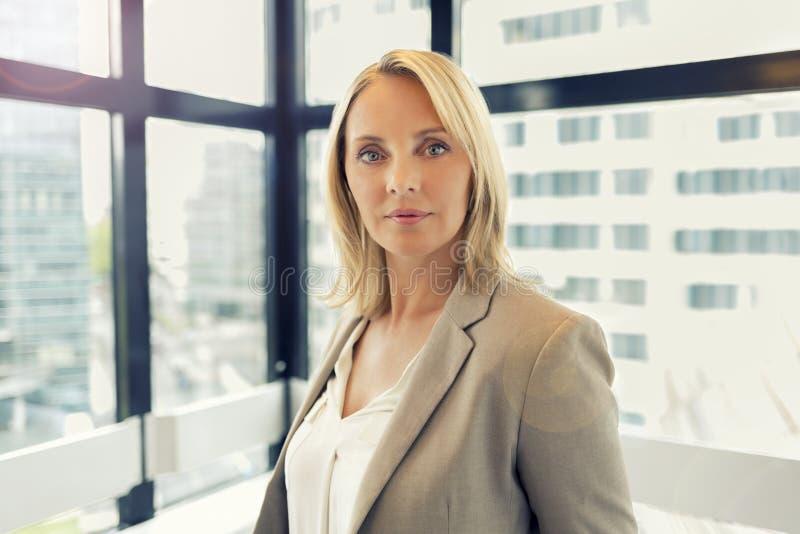 Portrait de mode de femme d'affaires dans le bureau moderne Bâtiment dedans images stock