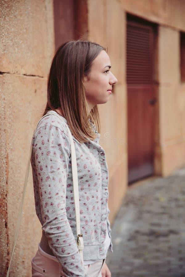 Portrait de mode de jeune femme à la mode dehors images stock