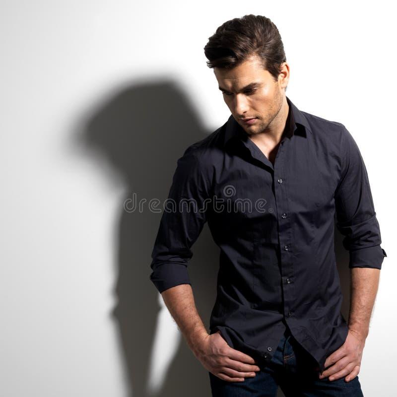 Portrait de mode de jeune homme dans la chemise noire photo libre de droits