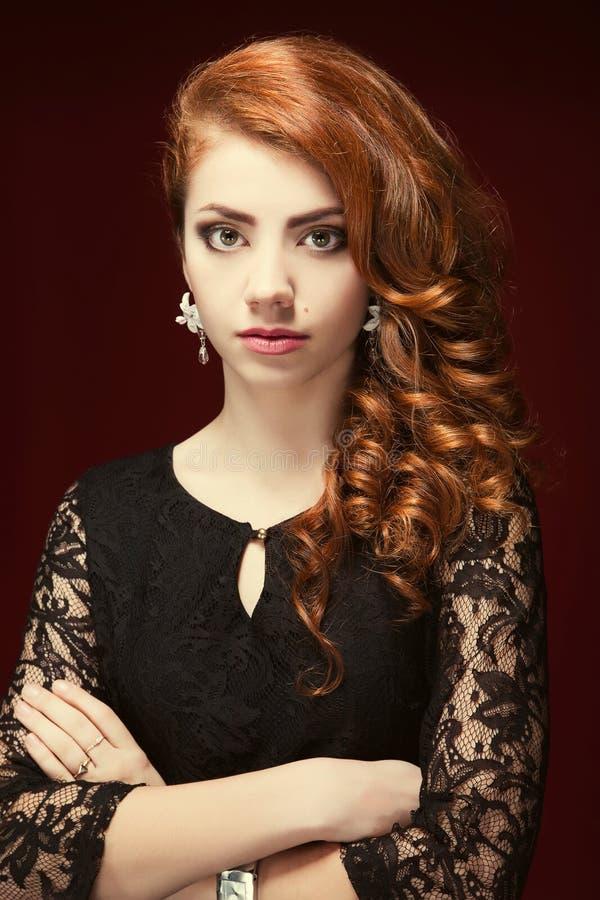 Portrait de mode de modèle d'une chevelure rouge Bijoux et coiffure Ele image libre de droits