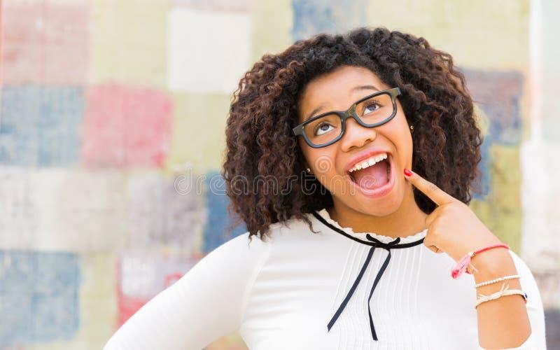 Portrait de mode de vie de belle femme faisant un visage idiot photo stock