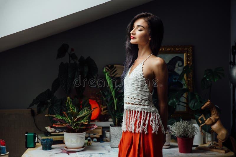 Portrait de mode de vie en gros plan de fille, style de Bohème tricoté à la mode de port de laine, mode chic et gitane hippie images libres de droits
