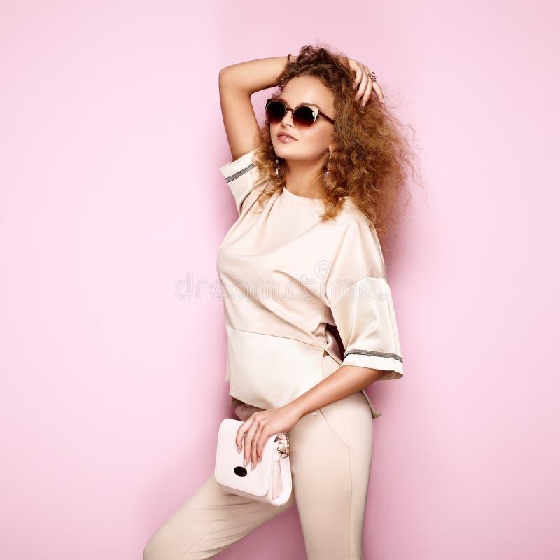 Portrait de mode de femme dans l'équipement d'été photos stock