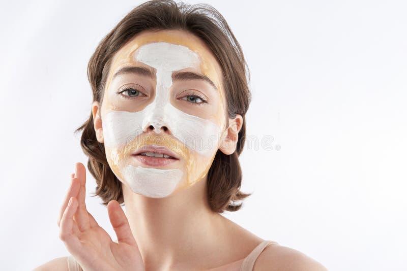 Portrait de mode de femme sensuelle avec le masque protecteur image libre de droits