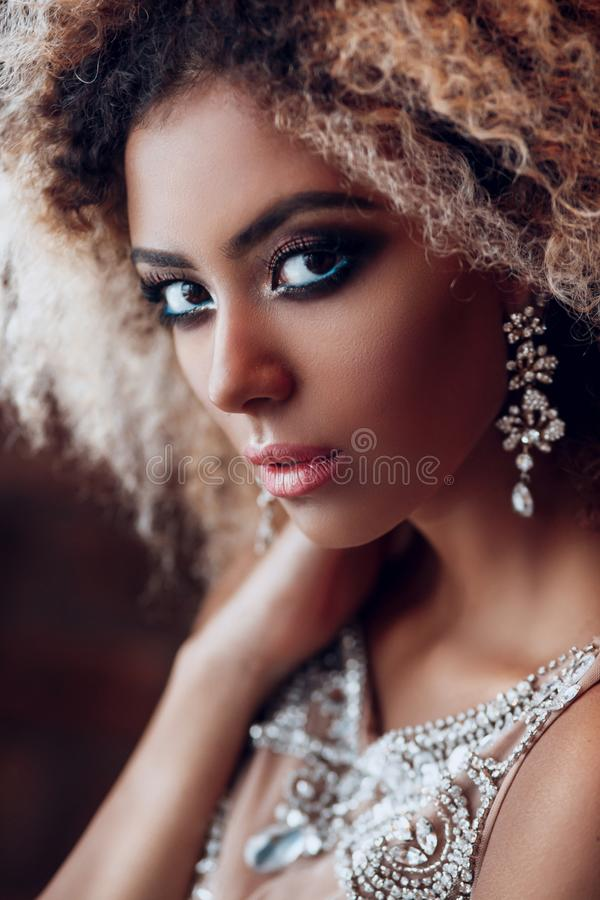 Portrait de mode de jeune belle femme afro-américaine avec des bijoux et le maquillage de égaliser images libres de droits