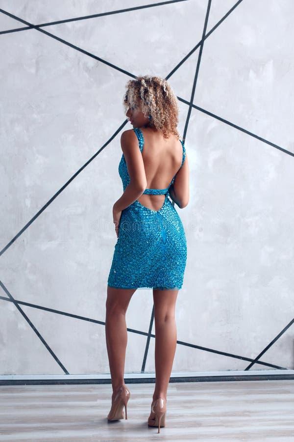 Portrait de mode de jeune belle femme afro-américaine dans la robe bleue images stock