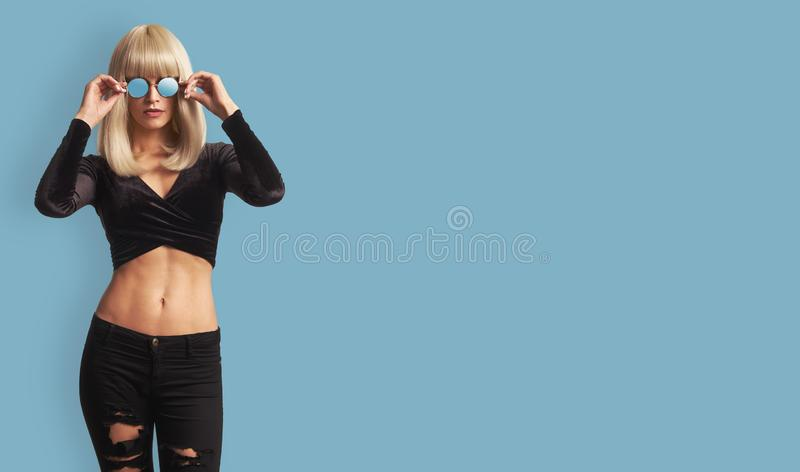 Portrait de mode de jeune femme à la mode photographie stock