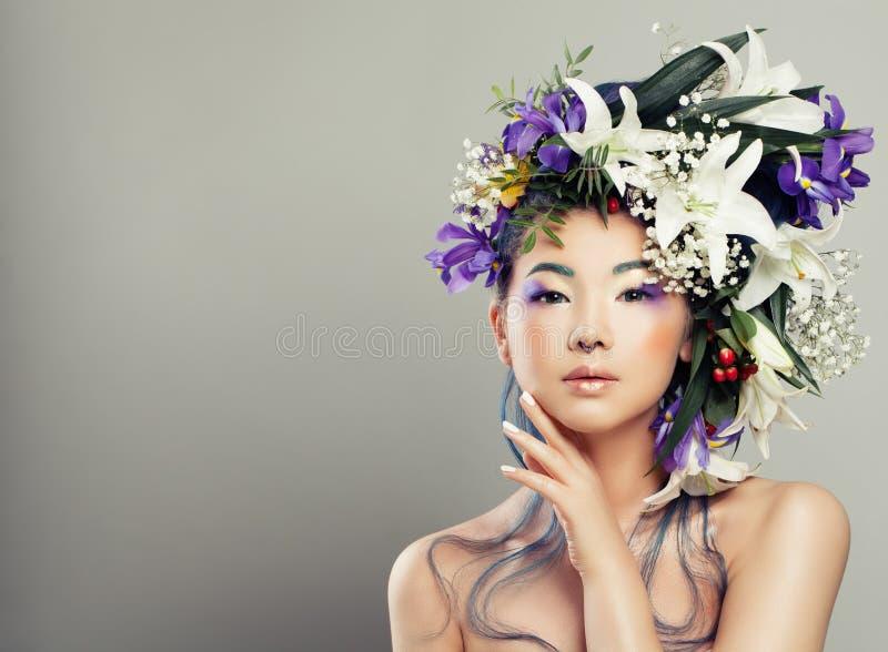 Portrait de mode de jeune femme avec de belles fleurs photos stock