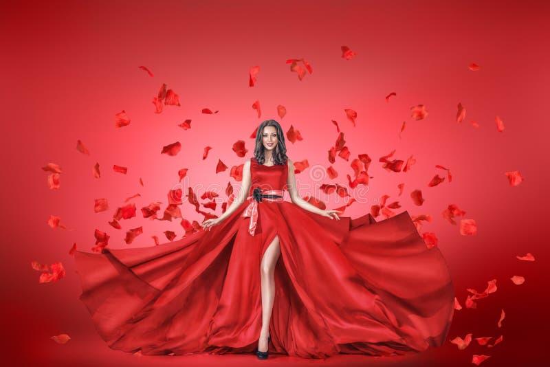 Portrait de mode de jeune femme dans la longue robe photographie stock