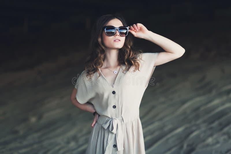 Portrait de mode de jeune femme ?tonnante images stock
