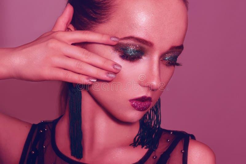 Portrait de mode de jeune fille élégante dans le maquillage vert Fond coloré, tir de studio Belle femme de Brunette cuir de jupe  image stock
