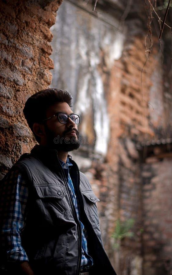 Portrait de mode de type barbu sur l'avant du vieux buildingTAKI RAJBARI photographie stock