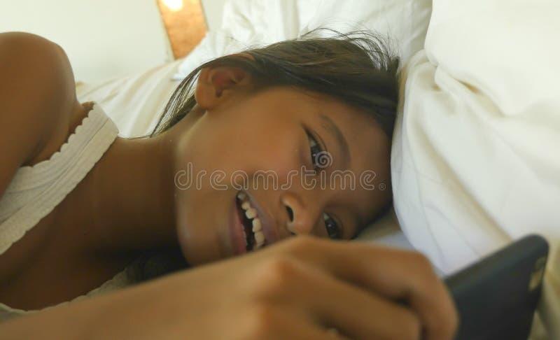 Portrait de mode de vie d'enfant féminin doux, jeune d'une fille heureuse et belle ayant l'amusement jouant le jeu d'Internet ave images stock