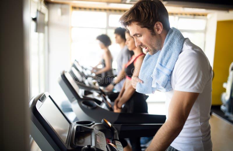 Portrait de mode de vie d'homme musculaire bel apr?s la formation dans le gymnase de sport photo libre de droits