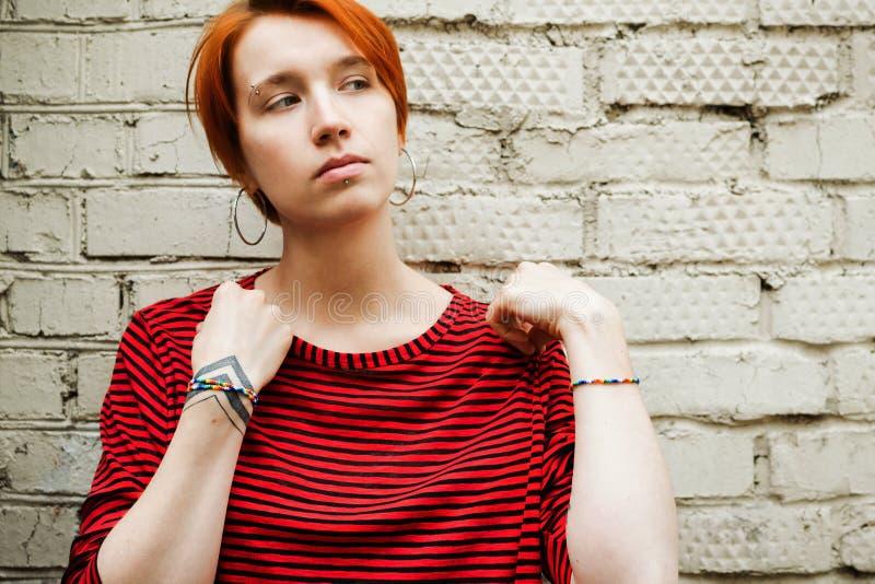 Portrait de mode de vie de jeune femme blanche adulte dans la chemise dépouillée photo stock