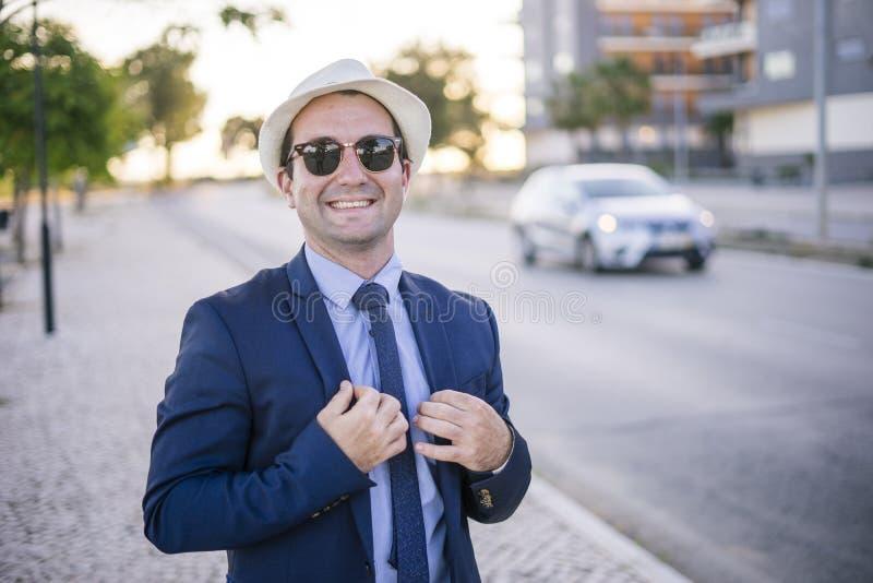 Portrait de mode de vie de jeune homme dans le costume avec des lunettes de soleil photo stock