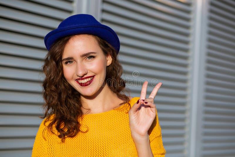 Portrait de mode de vie : modèle enthousiaste de brune dans le chandail jaune et images libres de droits