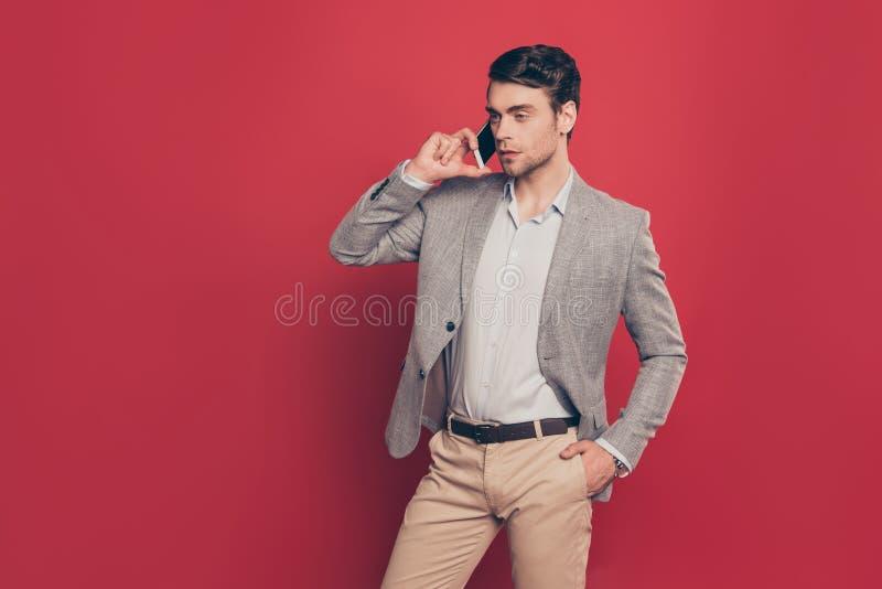 Portrait de moitié tourné stupéfaction, prise moderne, virile, dure d'homme image stock