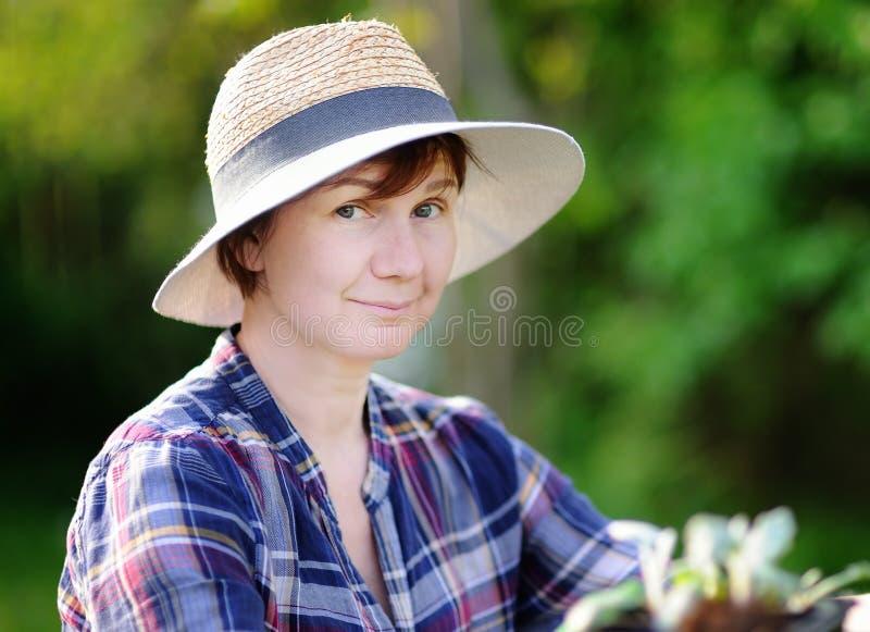 Portrait de Moyen Âge/de jardinier féminin mûr images stock