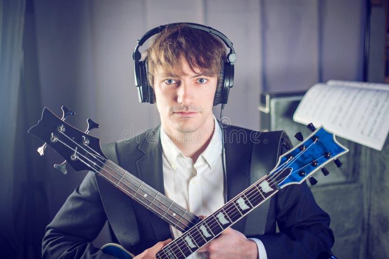 Portrait de musicien en studio avec deux guitares photographie stock