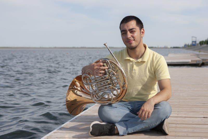 Portrait de musicien de l'adolescence jouant le cor d'harmonie classique d'instrument images stock