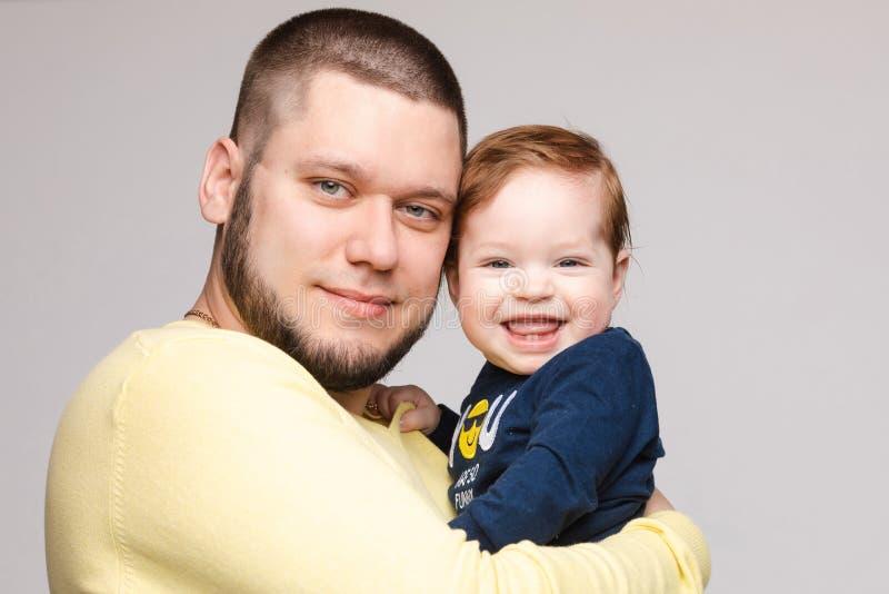 Portrait de p?re heureux posant avec le bel enfant de sourire photo stock