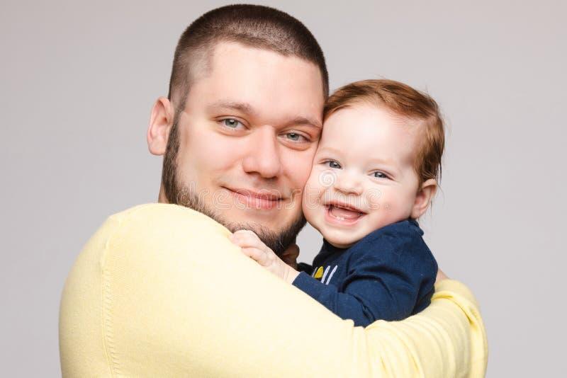 Portrait de p?re heureux posant avec le bel enfant de sourire photo libre de droits