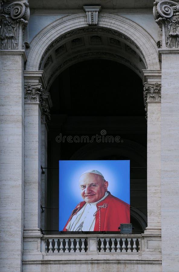 Portrait de Pape Jean Paul II sur la basilique photos stock