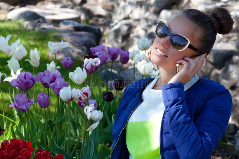 Portrait de parler de sourire de téléphone de femme photos libres de droits