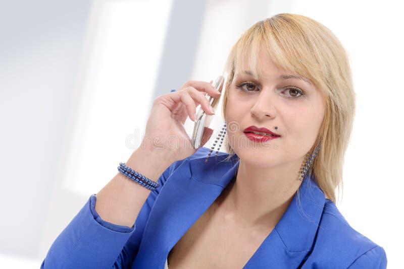 Portrait de parler de sourire de téléphone de femme d'affaires photos stock