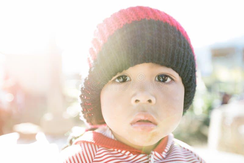 Portrait de pauvre enfant d'une partie rurale de Bali, Indonésie image stock